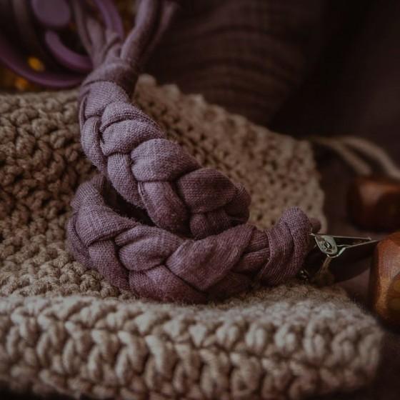 Hi Little One - warkoczykowa bawełniana zawieszka do smoczka Pacifire holder Plum
