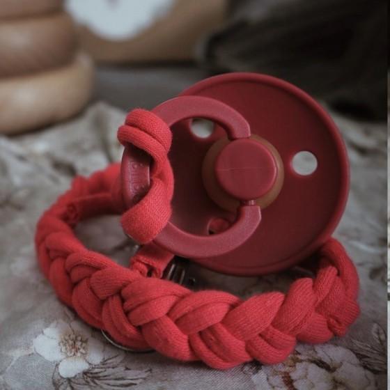 Hi Little One - warkoczykowa bawełniana zawieszka do smoczka Pacifer holder Strawberry