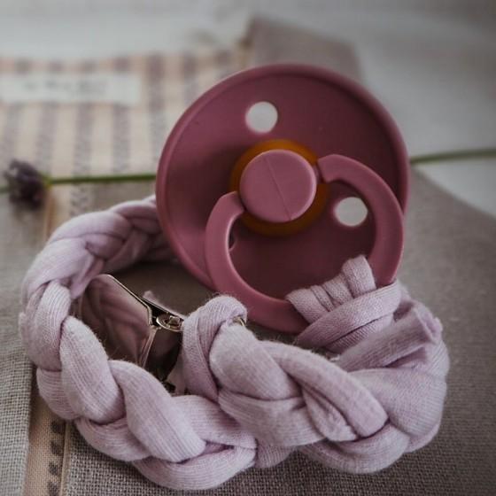 Hi Little One - warkoczykowa bawełniana zawieszka do smoczka Lavender Light