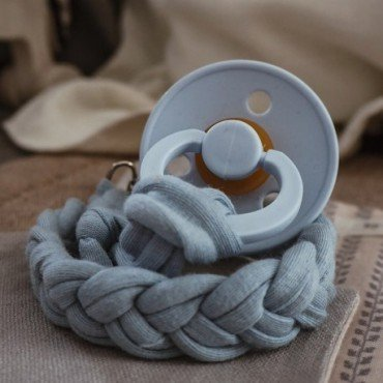 Hi Little One - warkoczykowa bawełniana zawieszka do smoczka Pacifer holder Baby Blue
