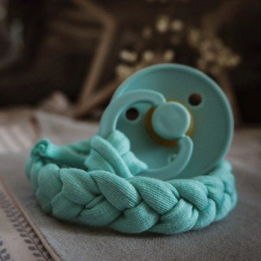 Hi Little One - warkoczykowa zawieszka do smoczka Pacifer holder Mint