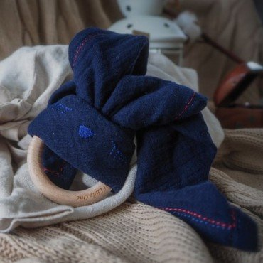 Hi Little One - Przytulanka muślinowa z gryzakiem Sleepy Bunny cozy muslin with wood teether Navy